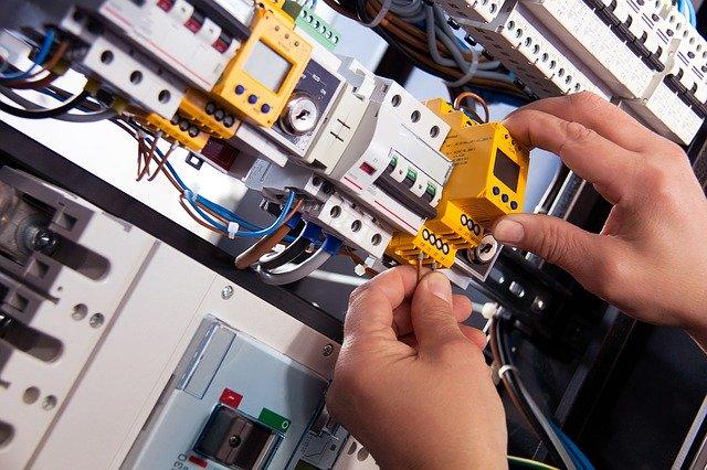 Elektriker som byter ut elutrustning